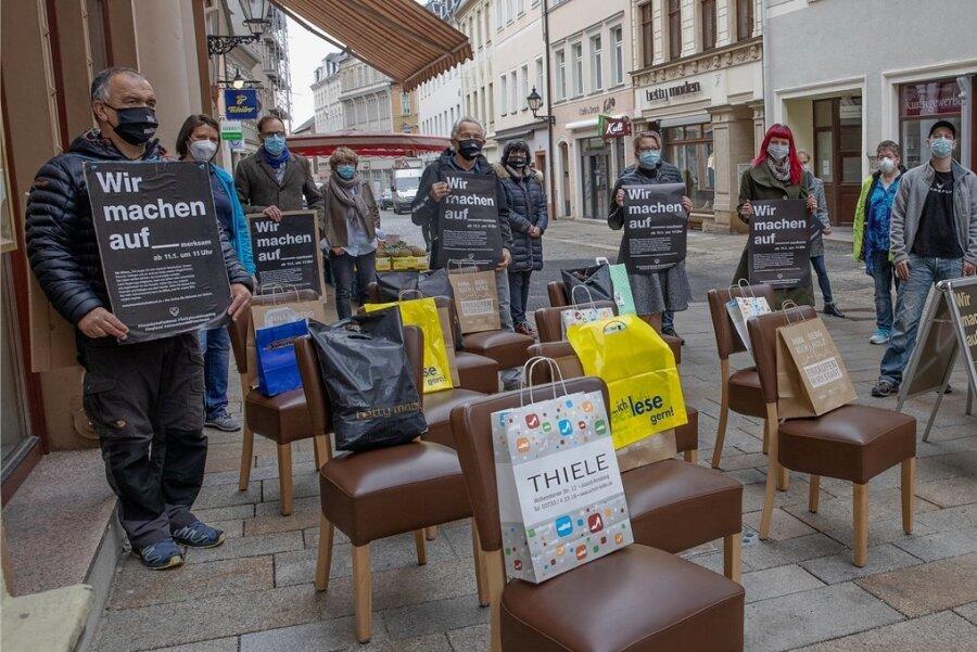 Leere Stühle und leere Einkaufstüten verdeutlichen auf der Buchholzer Straße in Annaberg die Situation in Gastronomie und Handel.