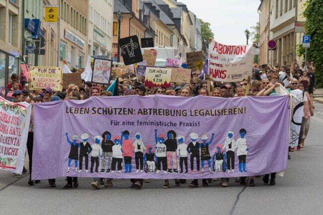 """Protest gegen den """"Schweigemarsch"""". Daran beteiligten sich etwa 600 Menschen."""