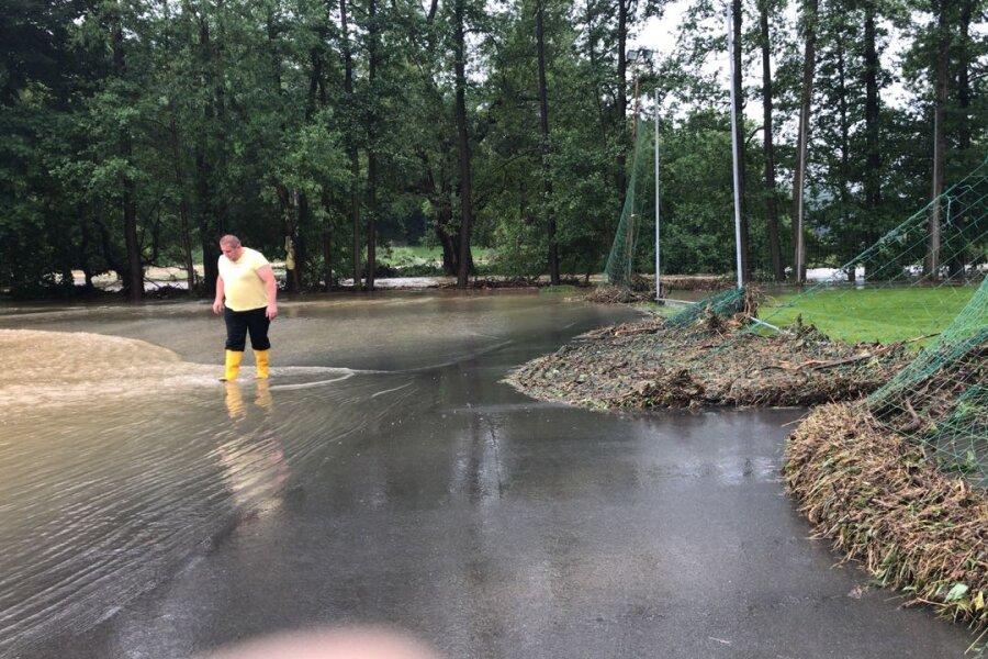 Überfluteter Sportplatz in Weischlitz