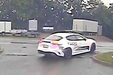 Die Überwachungskamera schneidet minutiös mit: Drei Sportwagen verschwinden in Oberlungwitz.