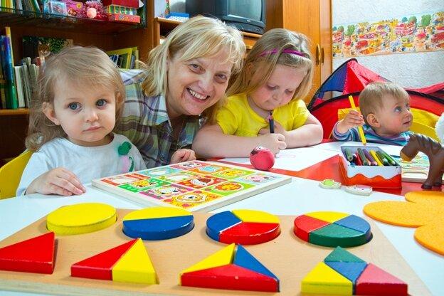 Tagesmutter Gabriele Wünsch mit den Kindern Lotta, Marleen und Emma in Schneeberg.