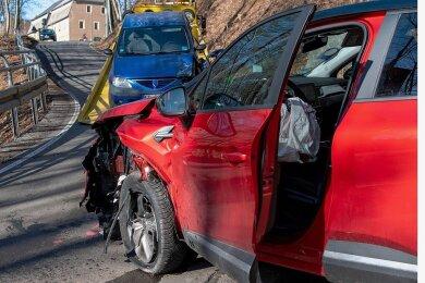 Bei dem Unfall am Burgberg entstand ein Gesamtsachschaden von rund 14.000 Euro. Ein Renault-Fahrer war zu weit links auf der Kriebsteiner Straße unterwegs und kollidierte mit einem entgegenkommenden Dacia. Dessen Fahrerin wurde schwer verletzt.