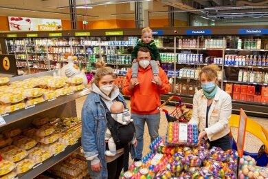 Familie Vetter aus dem oberfränkischen Helmbrechts kauft gern im Weischlitzer Globus ein. Marktleiterin Kitty Fischer (rechts) nimmt sich gern Zeit für einen Plausch mit den Kunden - nattürlich mit Abstand und Mundschutz.