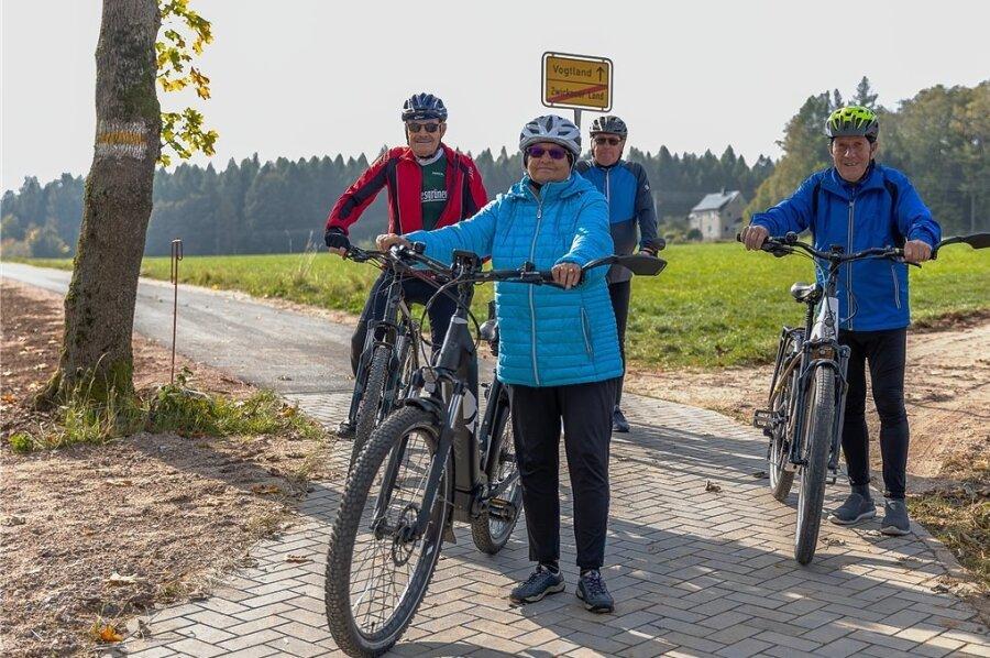 Radfahrer auf dem neuen Radweg zwischen Vogtland und Zwickauer, der zum Teil auf dem alten Bahndamm der früheren Schmalspurbahnlinie Wilkau-Carlsfeld verläuft. Waltraud und Rainer Tautenhahn (vorn) sowie Wolfgang Riebesam und sein Sportsfreund erkunden mehrmals pro Woche die Region auf ihren E-Bikes.