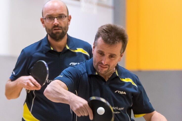 Erfolgreiches Doppel für den TTV Blau-Gelb: René Barthmann und André Seifert (vorn) waren die einzigen Marienberger, die ein Schwarzenberger Duo in die Schranken weisen konnten.