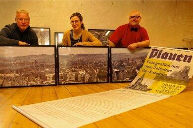 Historiker Gerd Naumann, Malzhaus-Galeristin Julia Blei und Sammler Lars Buchmann (von links) haben die neue Ausstellung zusammengestellt und aufgebaut. Ab Sonntag kann sie besucht werden.