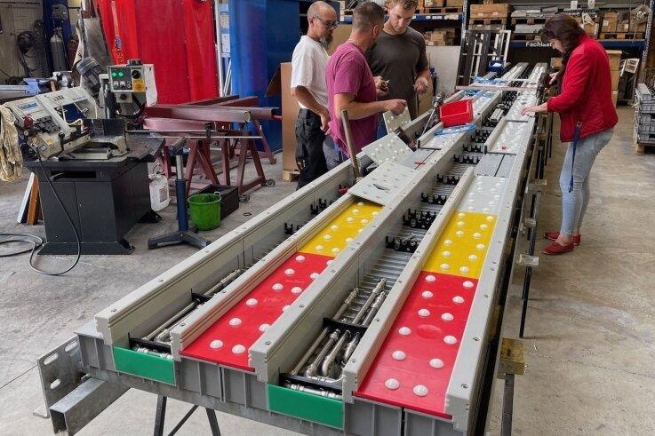 In der Halle der Firma Riedel in Raschau wurden die Segmente der 2007 erstmals installierten Schanzen-Anlaufspur generalüberholt.