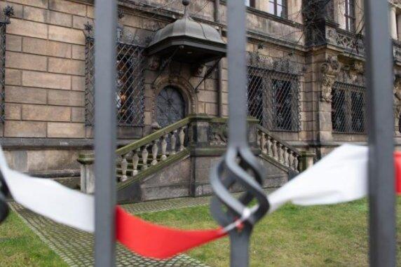 Gitterfenster vor dem Grünen Gewölbe in Dresden