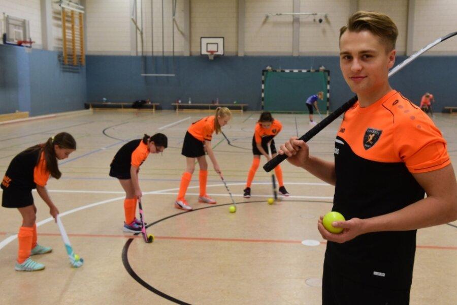 Josias Günnel beim Training mit Nele, Mia, Charlotte und Marla in der Turnhalle der Diesterweg-Oberschule.