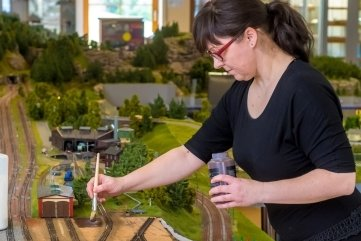 Susann Wuschko bei der Gestaltung der Landschaft.