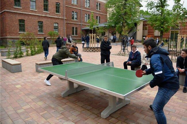 Eine Runde Tischtennis in der Hofpause - für die Oberschüler eine willkommene Abwechslung.