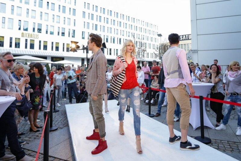 Die einzige Modenschau im Freien veranstaltete am Fashion Day der Modeladen Blob am Düsseldorfer Platz. Der Mut wurde belohnt: Bei Sonnenschein und vor zahlreichen Besuchern zeigten die Models Kleidung für den Alltag und die Sommerparty. Wichtig in dieser Saison: Streifen und Farbe im Outfit.