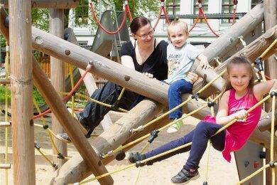 Ein Lichtblick in Haselbrunn: der erneuerte Spielplatz am Rückertplatz. Dort waren am Dienstag Jasmine und Brian mit Mama Jessica Neef.