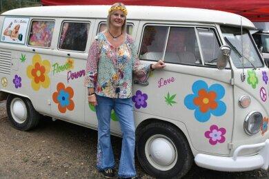 Nicole Linnbach aus Stollberg vor ihrem Blumen-Bulli, ein T1 aus dem Jahr 1966.