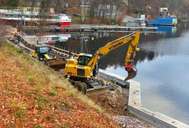 Im Hafen der Talsperre Kriebstein wird derzeit an der neuen Ufermauer gearbeitet, zudem wird die Promenade verfüllt.