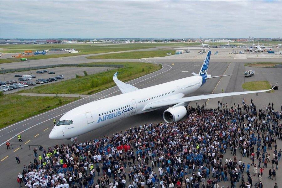 Ein Airbus 350 ist am Dienstag über das Vogtland geflogen. Das Foto zeigt ein Transportflugzeug dieses Typs auf einem Rollfeld in Japan. Foto: e*m company/P.Pigeyre/Airbus S.A.S./dpa/Archiv