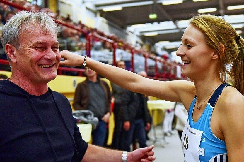 So kannte man das Duo Gierisch/Marusch viele Jahre lang: Wie hier beim Internationalen Hallenmeeting 2015 in Chemnitz bejubelten Athletin und Trainer viele gemeinsame Erfolge. Beide schwärmten oft in höchten Tönen vom jeweils anderen.