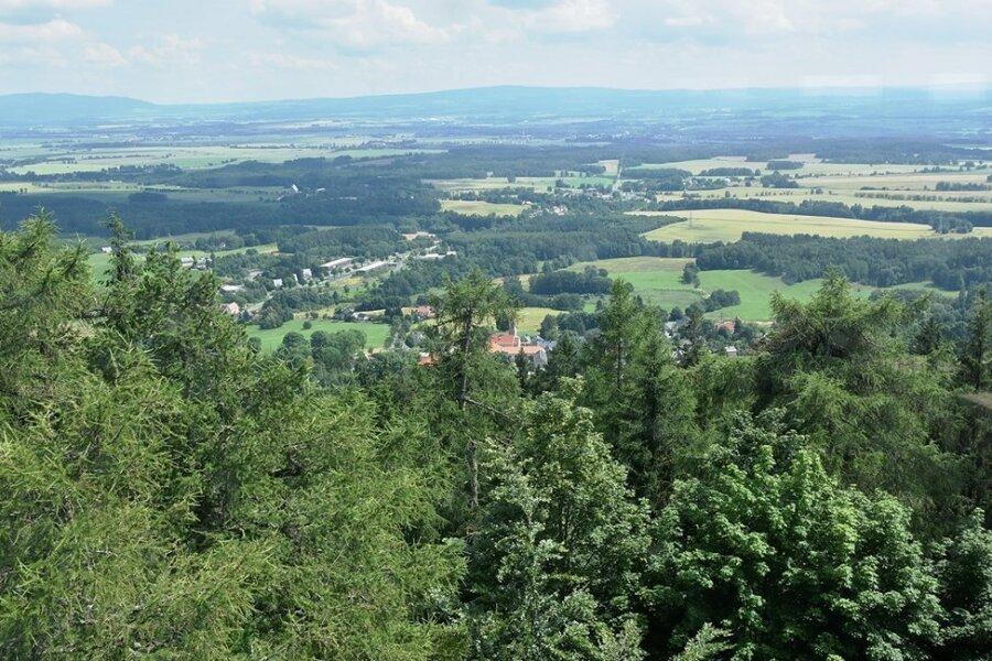 Ein Doppeljubiläum wurde am Samstag in Schönberg gefeiert: 90 Jahre Kapellenbergturm und 140 Jahre Vogtländischer Wanderverband. Diesen Panoramablick konnten die Besucher an dem Tag vom 1993 neu errichteten Kapellenbergturm genießen.