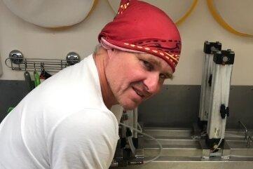 Auf wenigen Quadratmetern hat Achim Uhl alles, was er zum Käse machen braucht -Käsekessel, Abfüllwanne, Heizung und Pressen.