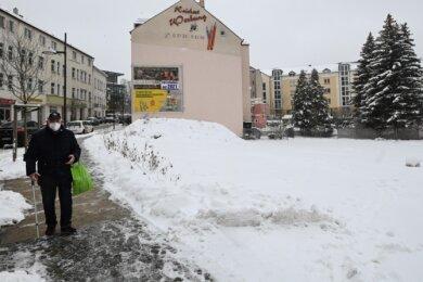 An der Hechinger Straße in Limbach-Oberfrohna wird ab Frühjahr ein Parkplatz gebaut. Derzeit ist die Fläche unter dem Schnee geschottert. An der Stelle stand früher ein Haus. Das wurde abgerissen.