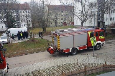Einsatzkräfte von Feuerwehr und Polizei am Ort des Geschehens.