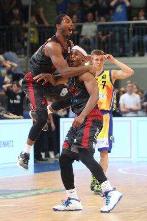 Terrell Harris (links) bejubelt mit Chris Carter dessen spektakulären Siegtreffer in letzter Sekunde.