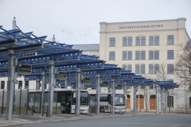 Der Chemnitzer Busbahnhof sollte zum Hauptbahnhof verlegt werden. Das damit frei werdende Gelände vor der neuen Bibliothek wollte die TU Chemnitz für ihre Ausbaupläne nutzen.