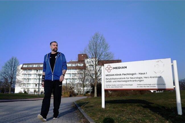 Stephan Swat beim Spaziergang vor der Rehaklinik.