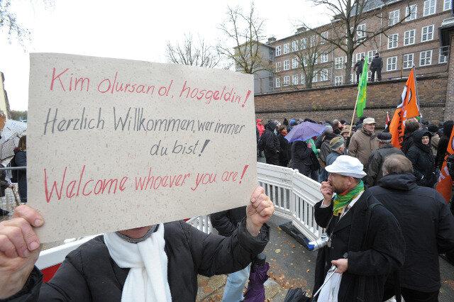 """Protestkundgebung vor dem Türkischen Kulturzentrum gegen einen """"Aktionstag"""" der NPD."""