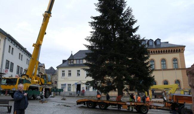 Kran Gisela aus Neumark hat die Nordmann-Tanne von der Oberen Lindenstraße am Haken. Alice Baumgärtel im Führerhaus des 100-Tonnen-Krans senkte den zwei Tonnen schweren Baum passgenau in die Bodenhülse vor dem Rathaus.