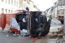 Ein VW-Transporter ist am Samstagvormittag in Geringswalde von der Straße abgekommen und mit einer Mauer kollidiert.