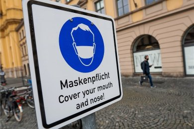 Wer sich nicht an die Pflicht zum Tragen einer Mund-Nase-Bedeckung hält, riskiert eine Geldbuße. Das hiesige Landratsamt hat bereits zahlreiche Verstöße sanktioniert.