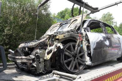 Das ausgebrannte Fahrzeug wurde abgeschleppt.