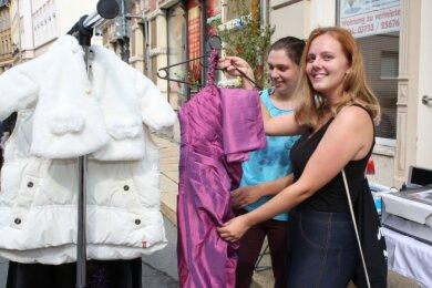 Rebecca Beyer aus Buchholz (rechts) und Aurelia Bieniek aus Geyersdorf waren auf der Suche nach schicken Klamotten.