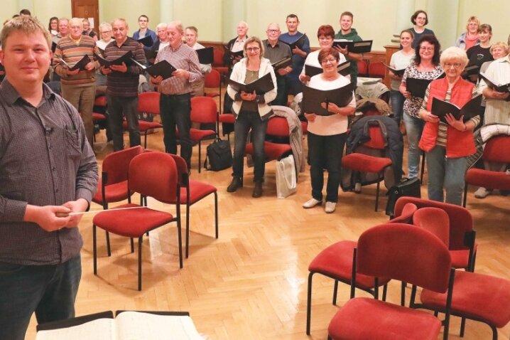 Michael Pauser probt mit seinem Chor in Langenbernsdorf.