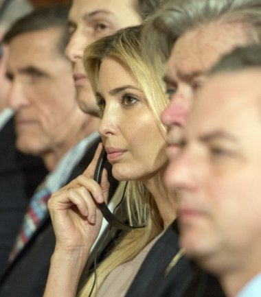 Ivanka Trump unter mächtigen Männern - bei einem Staatsbesuch. Die deutsche Kanzlerin Angela Merkel hat sich vom kanadischen Premierminister Justin Trudeau die Strategie abgeschaut, über weiche Themen einen Zugang zum schwierigen US-Präsidenten zu suchen. Also lud sie die Präsidententochter nach Berlin ein.