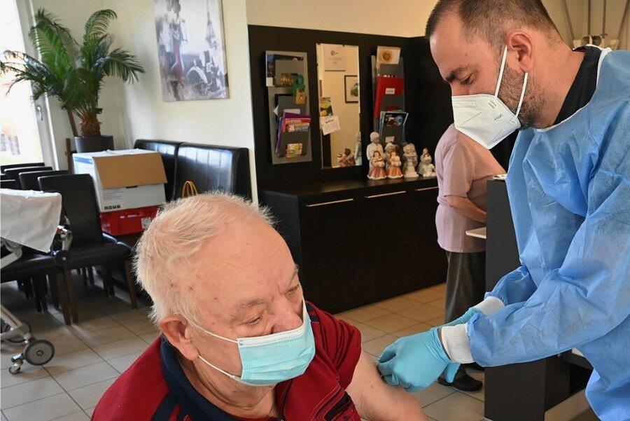 Kristian Schaper impft Günter Titum gegen Corona. Es ist der Auftakt zu einer groß angelegten Immunisierung, die die CSG organisierte.