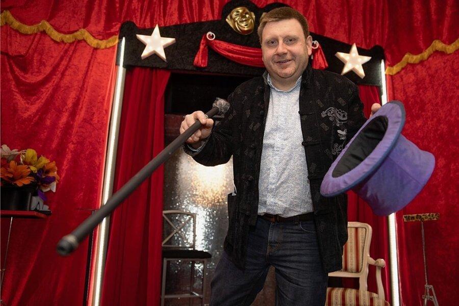 Jo Everest alias Jens-Uwe Günzel hat nun nicht nur ein magisches Museum, sondern auch eine Theaterbühne.