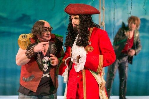 Pirat Smee (Matthias Stephan Hildebrandt) und sein Anführer Captain Hook (László Varga) schmieden mal wieder einen fiesen Plan. Aber Peter Pan (Marcel-Philip Kraml) ist zum Glück nicht weit.