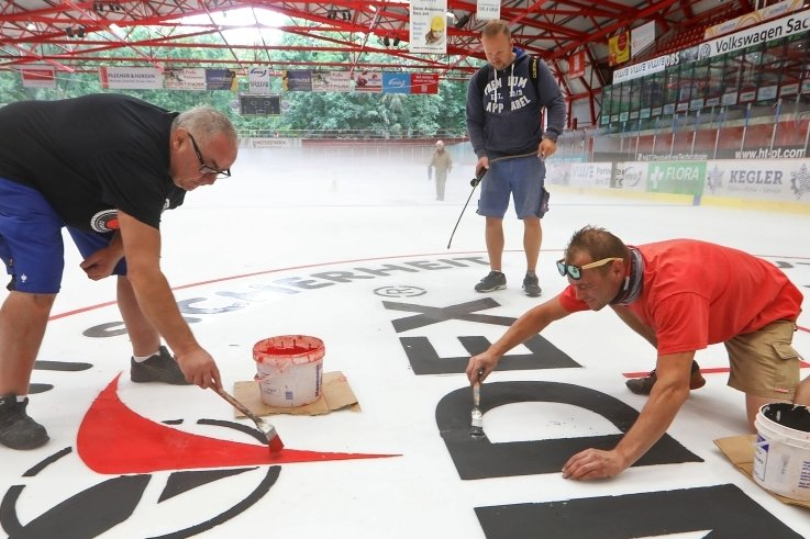 Sie haben die Farbe auf das Eis in Crimmitschau gebracht: Klaus-Dieter Blum, Enrico Hannori und Peter Morbach (von links).