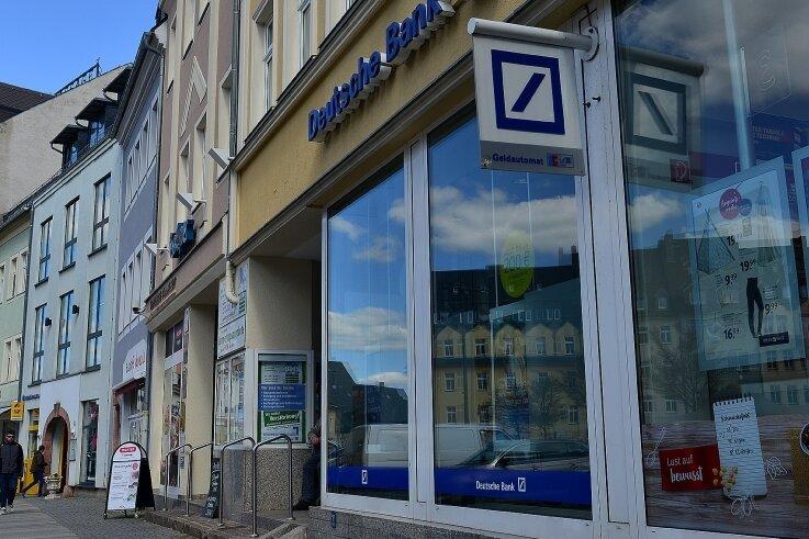 Die Filiale der Deutschen Bank am Mittweidaer Markt schließt zum Jahresende. Deutschlandweit fällt jeder fünfte Standort weg.