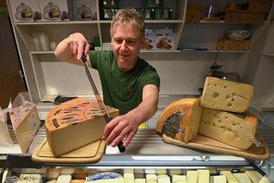 Ole Friedel schneidet Le Gruyere, einen Schweizer Käse.