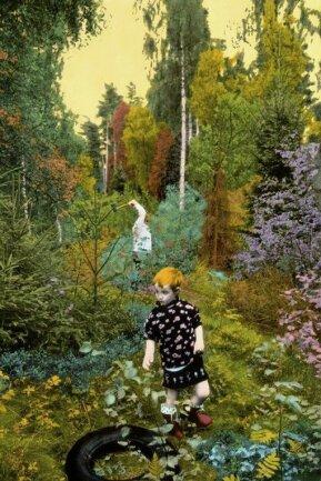 Waldszene: Ein eigentlich harmloses Foto, von Florian Merkel übermalt, kann bedrohlich wirken.