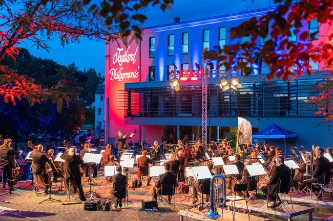 """Am Freitagabend hat die Vogtland Philharmonie mit über 50 Musikern rund 300 Besucher in denReichenbacher """"Park der Generationen"""" gelockt."""