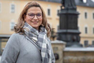 Annett Flämig vor ihrer neuen Arbeitsstelle, dem Rathaus der Kreisstadt Annaberg-Buchholz.