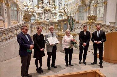 Wolfgang Fugmann (mit Urkunde) und Margret Kraus (mit Blumen) nahmen für ihren Verein die Auszeichnung in der Dresdner Frauenkirche entgegen. Rechts Sachsens Ministerpräsident Michael Kretschmer (CDU).