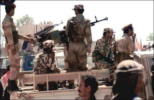 Die Entführer der im Jemen verschleppten Familie aus Sachsen fordern offenbar zwei Millionen Dollar Lösegeld. Außerdem verlangen die Kidnapper nach einem Medienbericht die Zusicherung, nicht an Saudi-Arabien übergeben zu werden. Das Archivfoto zeigt jemenitische Sicherheitskräfte.