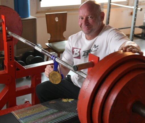 Weltmeister aus Freiberg: Rico Martinez hat bei der WM im Bankdrücken die Goldmedaille geholt. 170 Kilogramm stemmte der 50-Jährige, obwohl die Vorbereitung keineswegs rund verlaufen war.