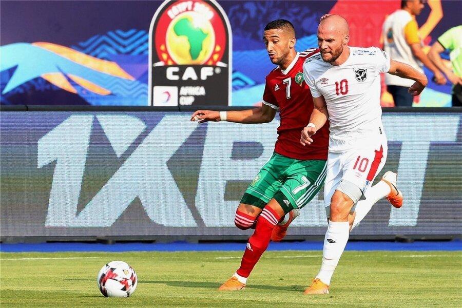 Im Vorjahr beim Afrika-Cup in Ägypten spielte Manfred Starke (rechts) für die Nationalelf Namibias u. a. gegen Marokko mit Hakim Ziyeche. Sechs Länderspiele (ein Tor) hat der Neue des FSV Zwickau für Namibia bestritten.