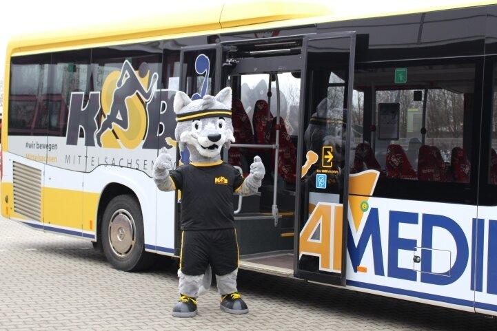 """""""Wir bewegen Mittelsachsen"""": KSB-Maskottchen """"Fredi der Wolf"""" bei der Einweihung des Busses mit dem Logo des Kreissportbundes und der Admedia. Eingesetzt wird er im mittelsächsischen Linienverkehr."""